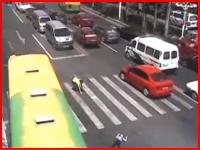 うわ!(@_@;)親に手を引かれて横断していた少年がバスにはねられてしまう
