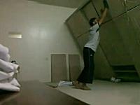 大丈夫かよww大きな棚の下敷きになってしまう男性の映像。大丈夫だった。