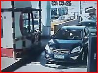 これは大惨事すぎる(@_@;)料金所に並ぶ車列にトラックが突っ込んできた!