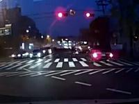 韓国で撮影された2名の方が亡くなったクレーン転倒事故の瞬間。ドラレコ
