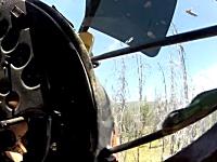 離陸直後の軽飛行機が森林に墜落してしまう瞬間のコクピット映像。2カメラ