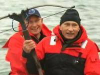プーチン首相+クロスボウ。ゴムボートが揺れようが鯨を撃つことなど容易い