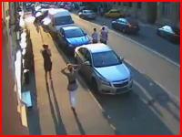 日産GT-Rがモスクワで鬼クラッシュ。路駐の車を別の車の屋根まで吹き飛ばす