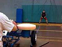 マシンから発射された時速120キロのドッジボールを受け止められるか!挑戦