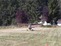 ギリギリ離陸。木をかすめて事故寸前のところで飛び立つ軽飛行機の映像