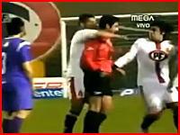 レッドカードを出そうとする審判の背後を取り首を極めにかかるサッカー選手ww