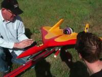 早すぎワロタw 時速586キロで飛ぶラジコン飛行機。操縦する方が大変だw