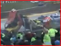 魔のカーブすぎるw レースカーが次々と突っ込んで最初の車は持ち上がるw
