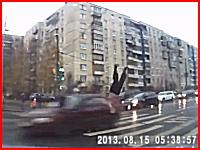 逃走車が信号無視で交差点に進入し横断歩道にいた歩行者を跳ね飛ばす