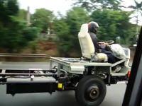激しく軽量化したスゴイ車が走っていた。トラック最速を目指してるのん?