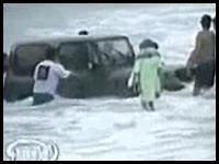 ビーチでスタックしたジープが波にさらわれる衝撃映像