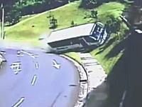 これは酷い。ブレーキが故障したスクールバスが横転事故を起こす瞬間の映像