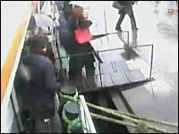 死亡事故。フェリーから下船する際に船と陸との隙間に落ちてしまった男性。