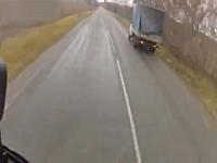 ロシアは煽り運転も次元が違う。ヘリコプターでトラックを煽ったったwww