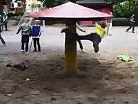 大遠心力なキノコ。公園に設置された回転キノコをぶん回してどーん!動画