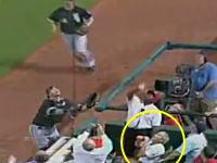 ファールボールがきた!野球観戦を完全に楽しんでいるブッシュ元大統領。