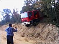 ちょwwwどこを走ってきたんだ?という消防車の登場映像。ワイルドやな。