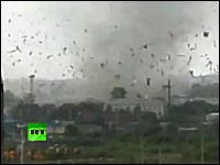 クルマ逃げて逃げて!31日、ロシアの都市を襲った竜巻の劇的なビデオ。