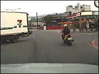 交差点事故のドライブレコーダー。トラックの脇から出てきた乗用車とバイク