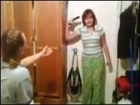 銃を持ち出した少女が部屋の中で発砲。さらに頭を撃ち抜くと母親を脅す。