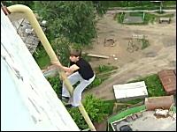 おそロシア。壁のパイプをつたって14、5階建てのマンションを屋上まで登る