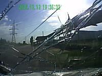 飛び出しを避けた対向車がこっちに!ドーン⇒三菱シャリオが廃車に(´・_・`)