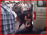 反日デモで日本車所有の男性が鉄のU字ロックで頭をかち割られる映像。