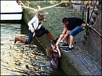 楽しそうだけど悲惨wwギャルたちがボートから落ちちゃうハプニング映像