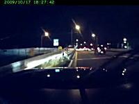 追突回避して信号機をぶっ倒す車、しかしこの運転者普通じゃない・・・。
