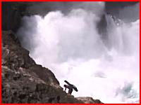 沖縄で釣り人が高波にさらわれて死亡。その瞬間の映像がアップロードされる