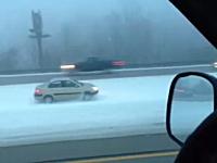 大雪の高速道路で一人だけ無茶しているヤツがいた動画。お前はラリーかよ