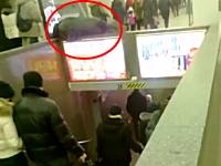 酔っ払い?駅の下り階段の上で寝ていた男性が寝返を打って落下して痛いw