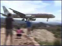 丘ギリギリ なかなかスリリングな着陸をみせる旅客機