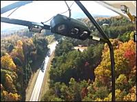 飛行中にエンジンが故障した軽飛行機が道路に不時着。パイロットカメラ映像