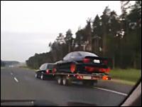 積車トレーラーを牽引していた車がフラフラしてどーん!を真後ろから撮影