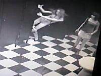 女子トイレの監視カメラ映像。パンツを降ろした女性が個室からどーんwww