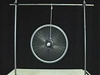 ジャイロスコープの仕組みを車輪とロープで実験しているYouTube動画。