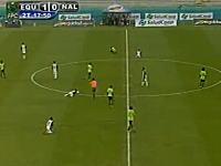 サッカーの試合中にスタジアムに雷が落ち複数の選手が倒れてしまう映像