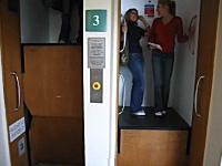 なにこれ凄い。乗るタイミングが難しすぎるエレベーター。ミスると挟まるwww