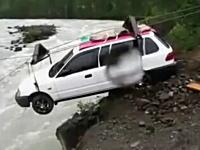 車を向こう岸に渡したい。ちょっと無茶な感じの宙吊り輸送。最後はどうすんの