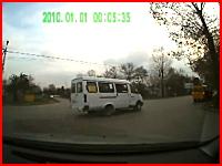 巻き込まれた歩行者。高速で走ってきた車と出会い頭事故のドラレコ動画。