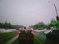 とっさの判断Ⅱ。赤いのは良く逃げた。信号で停止してたら正面のトラックが