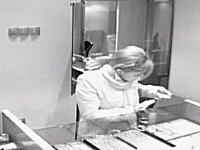 万引きする女たち。宝石店とブティックの監視カメラが捉えた盗人動画2つ