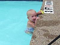 英才教育?見ていてハラハラする赤ちゃんのスイミング。溺れたらどうする。