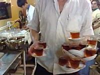 宴会場のウェイターさんが凄い動画。14組のティーセットを花びら積みしてGO