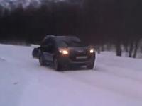後先考えないおそロシア。雪道を時速125キロで走るヨン・ダボーディーの後ろに・・・。