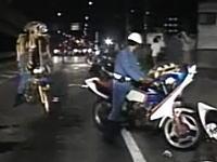 押収した暴走族のバイクで署まで戻る警察官達が面白いwww