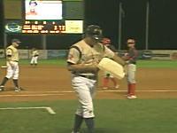 主審の判定にブチ切れた監督が1塁ベースを盗んでファンにプレゼントw
