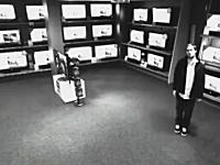 巧妙な手口で営業中に42インチのテレビを盗む泥棒の映像が話題にwww