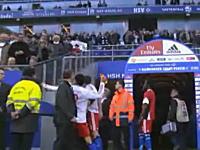 サッカー選手がファンの顔面にボトル投げ付ける映像がバッチリ撮影され出場停止